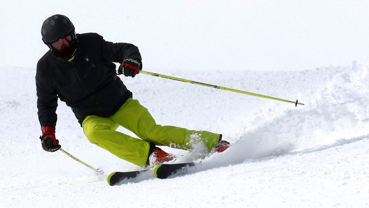 Skieur bien préparé pour descendre les pistes de ski