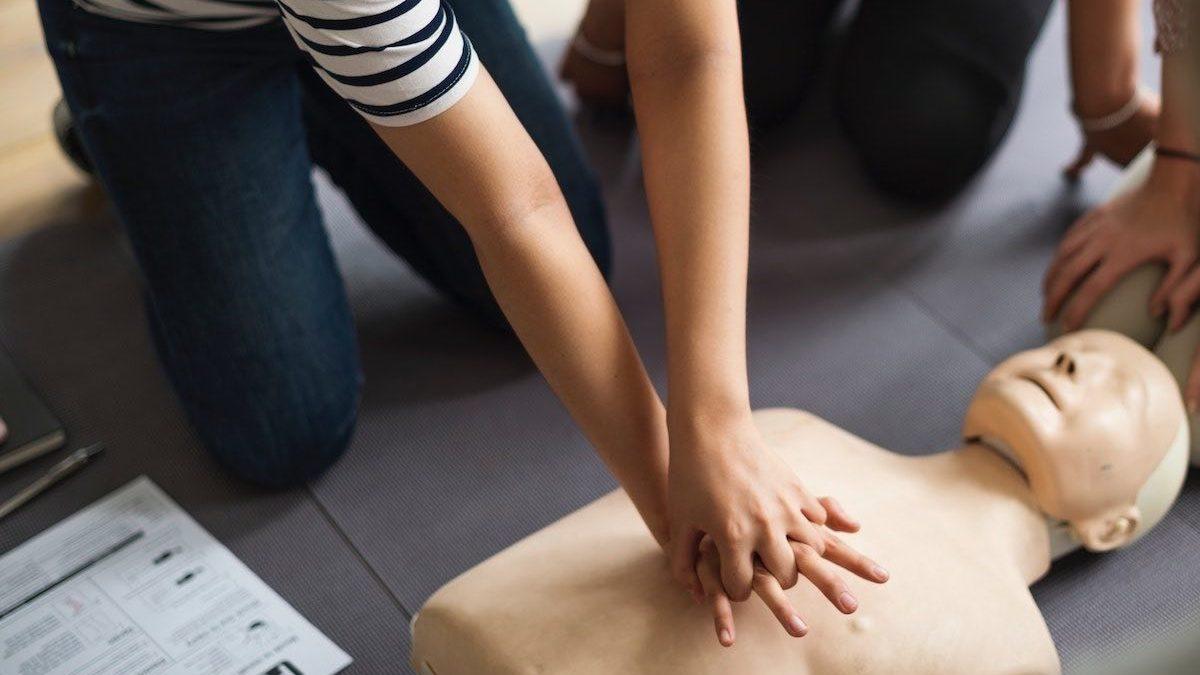 Le massage cardiaque avec ou sans défibrillateur semi-automatique
