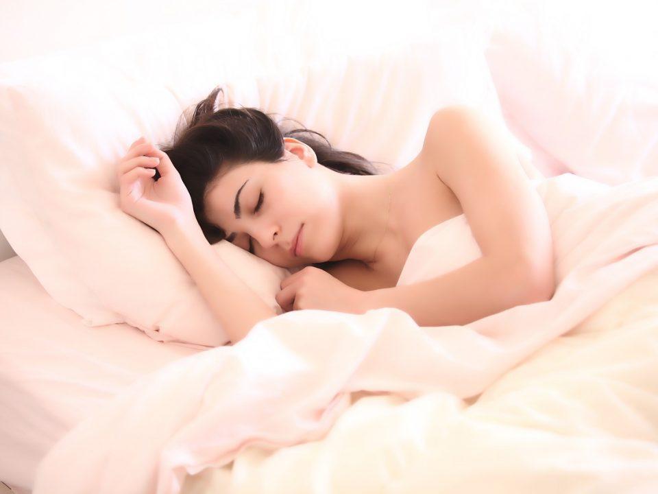 Jeune femme qui dort paisiblement