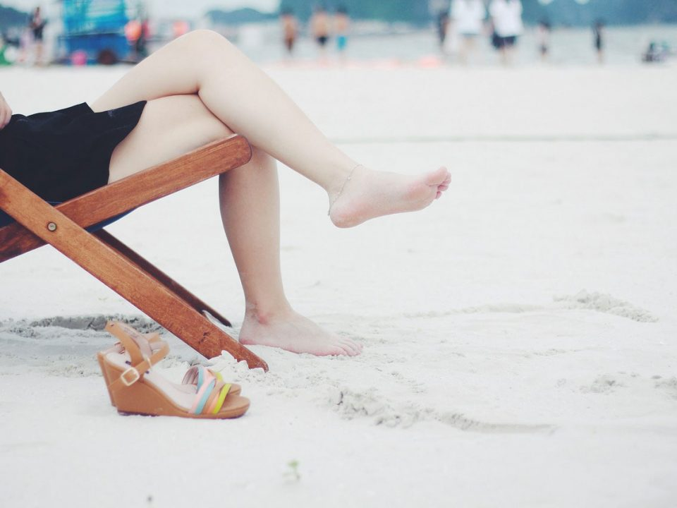 Jambes légères d'une femme sur la plage