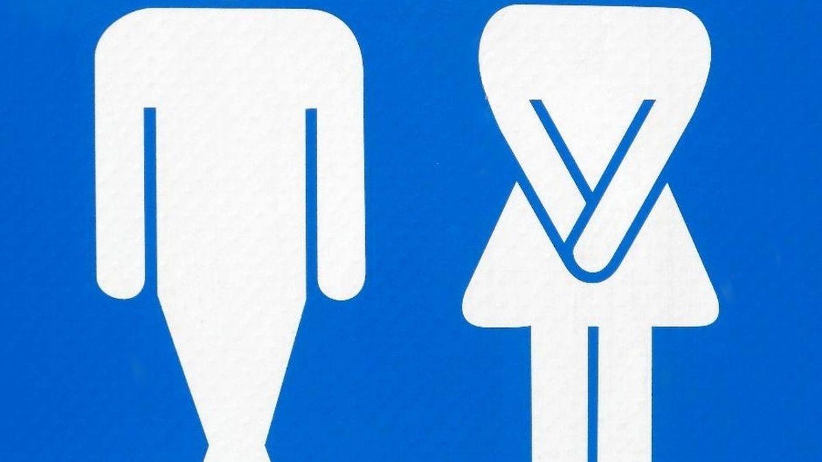Homme et femme se retenant d'uriner