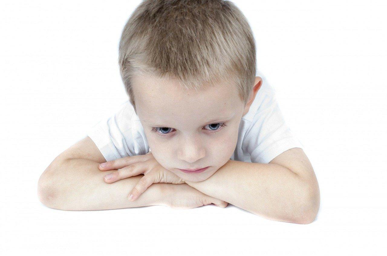 Enfant triste et honteux parce qu'il fait pipi au lit