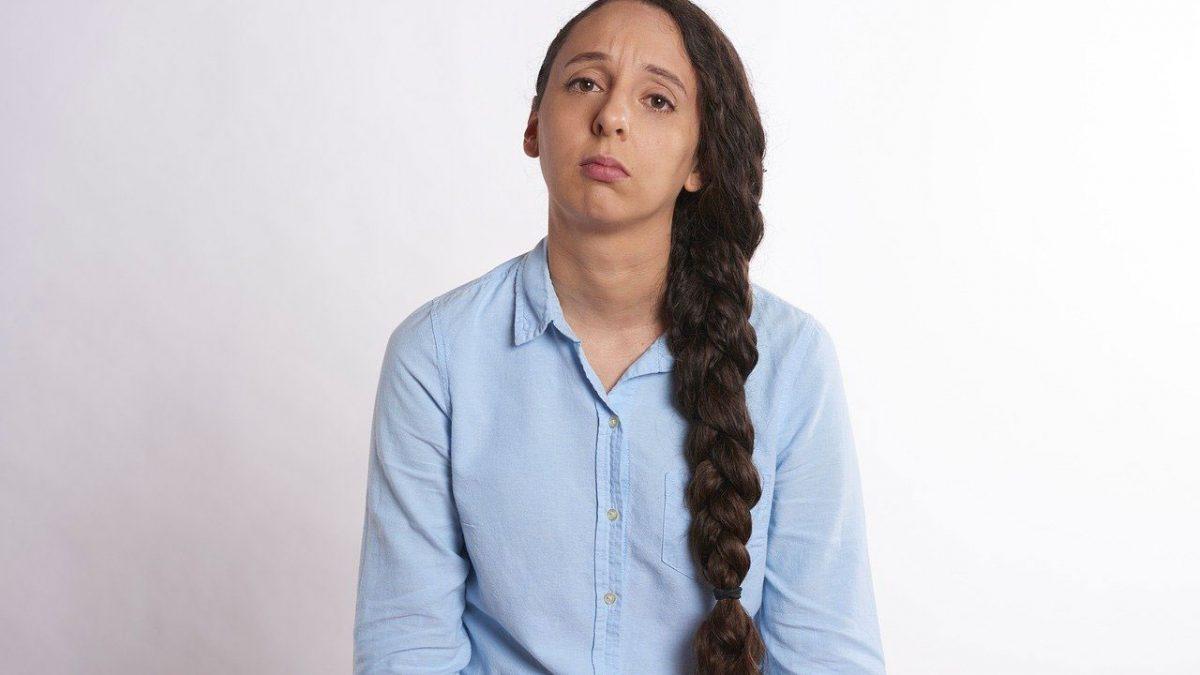 Femme soucieuse à cause de sa Diarrhee
