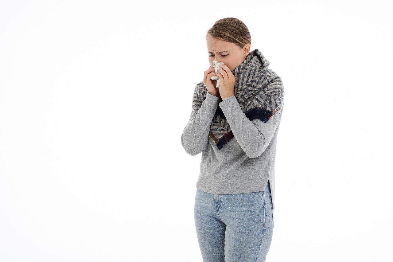 Femme qui se mouche pour se laver le nez