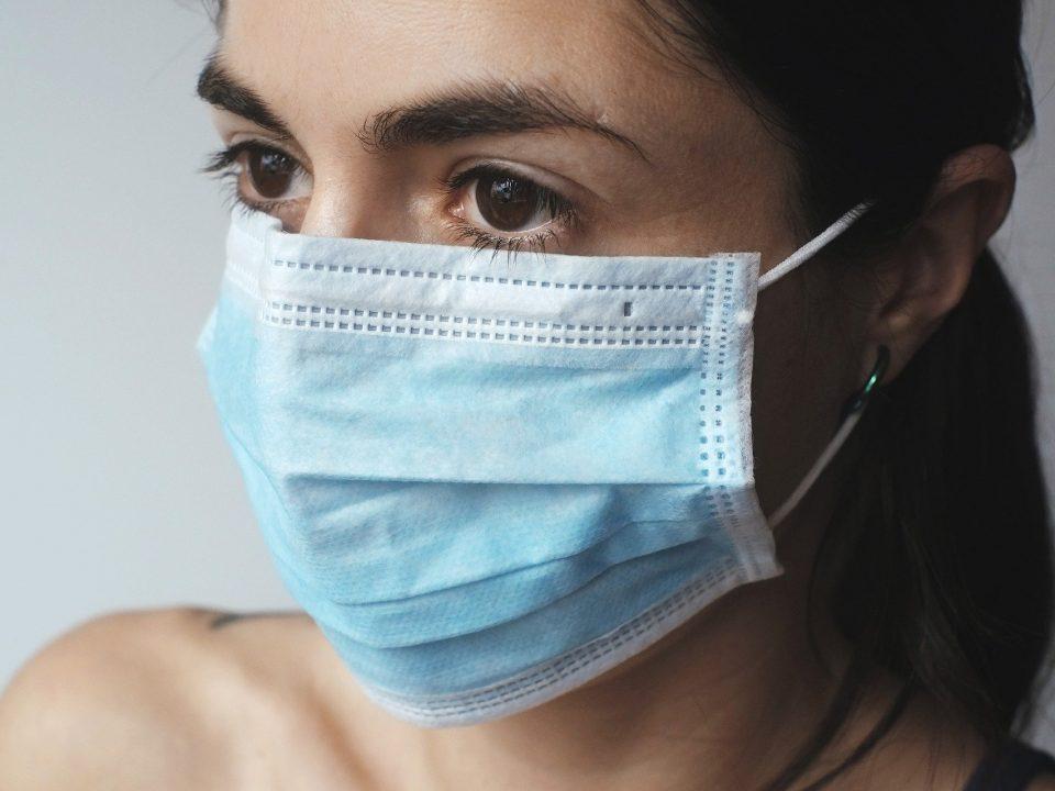 Femme portant un masque chirurgical