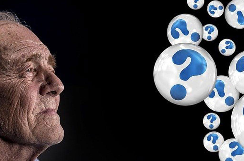 Vieil Homme confus à cause de la maladie d'Alzheimer