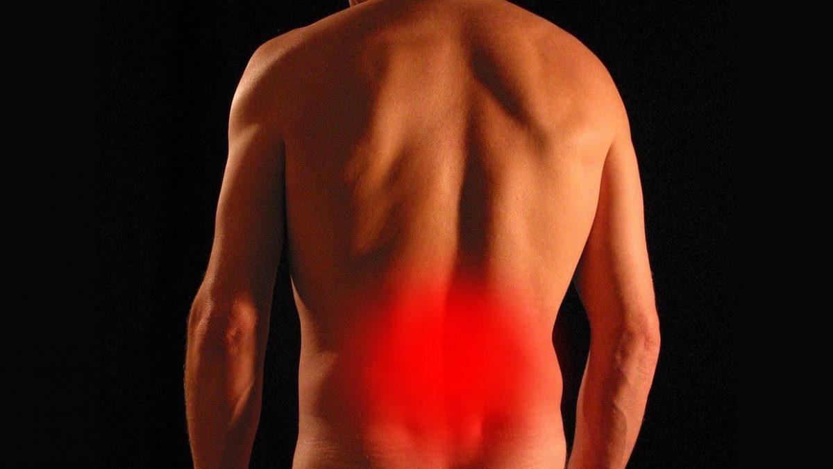 Homme souffrant du dos au niveau lombaire et sciatique